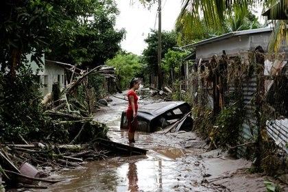 Imagen de archivo. Una mujer se encuentra fuera de su casa dañada por las fuertes lluvias causadas por el huracán Eta, en Pimienta, Honduras. 6 de noviembre de 2020. REUTERS / Jorge Cabrera