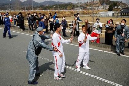 El público asistió con mascarillas y respetando las distancias al inició del recorrido de la llama olímpica en Fukushima. (Foto: REUTERS)