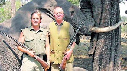 El rey emérito Juan Carlos de España junto a uno de los hijos de Corinna Larsen, durante un safari en África (Archivo)