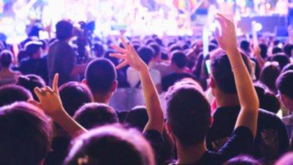 Las fiestas nocturnas no se han detenido en los lugares de veraneo en esta pandemia (Shutterstock)