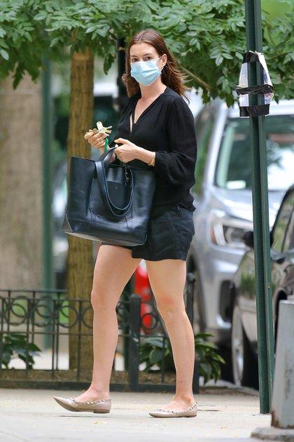 """Anne Hathaway paseó por las calles de Nueva York con un look informal y protegida con un barbijo. La actriz protagonizará una película ambientada en la era del coronavirus, luego del éxito de la serie """"Modern Love"""" de Amazon  (Foto: Mega / The Grosby Group)"""