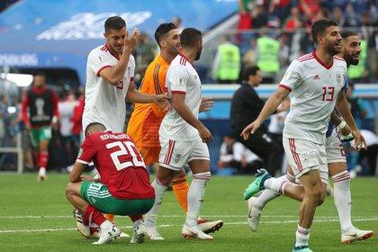 La alegría de los iraníes y la desazón del autor del gol en contra (REUTERS/Pilar Olivares)
