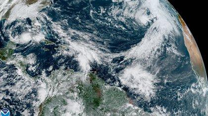 Fotografía satelital cedida por la Oficina Nacional de Administración Oceánica y Atmosférica  (NOAA) por vía del Centro Nacional de Huracanes (NHC) donde se muestra la localización de la tormenta tropical Eta (i) en el Golfo de México y la tormenta subtropical Theta (d) en el Atlántico. EFE/NOAA-NHC