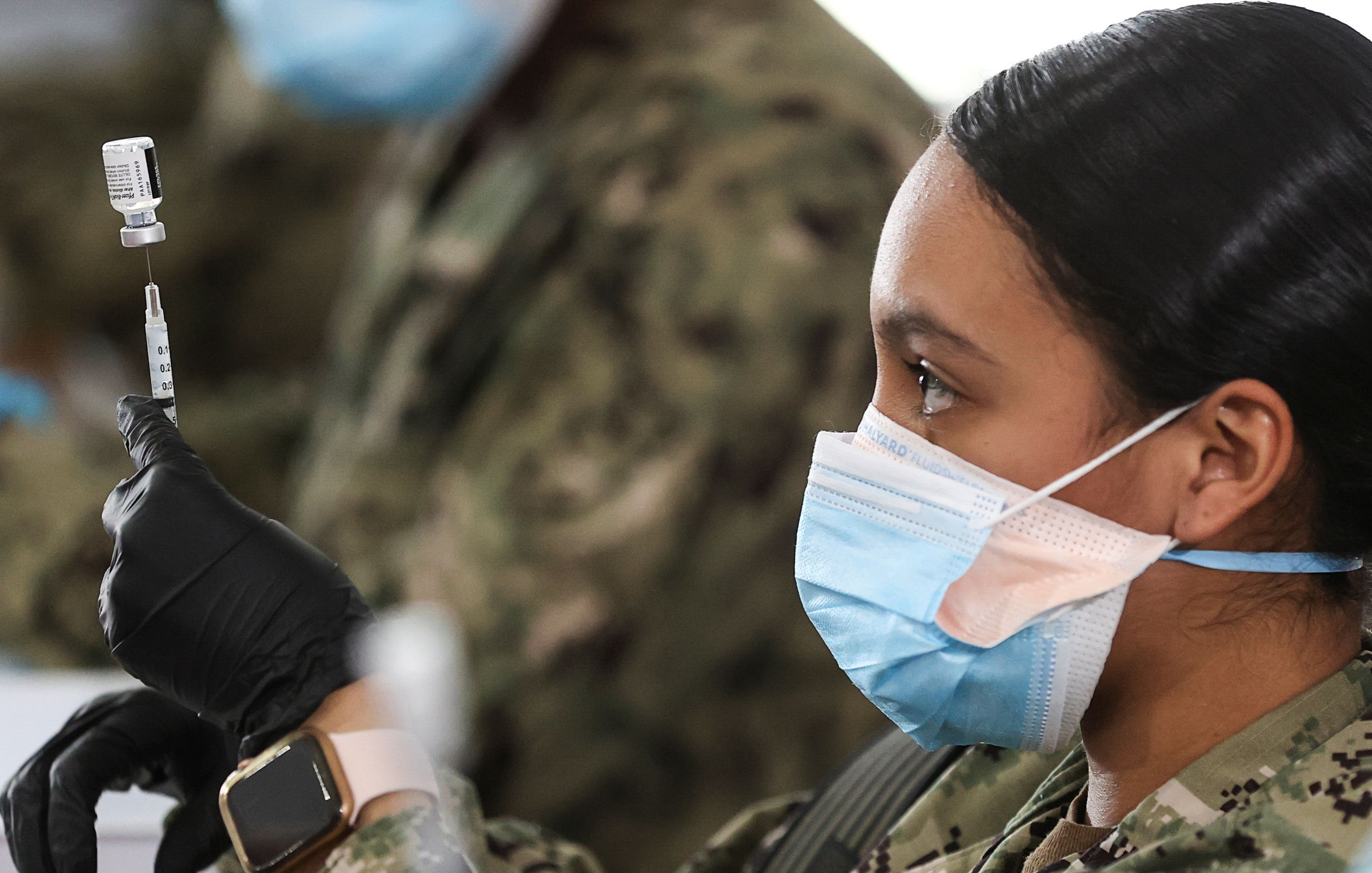 Personal la de la Armada prepara una dosis de la vacuna de Pfizer en Jacksonville, Florida (REUTERS/Jonathan Ernst)