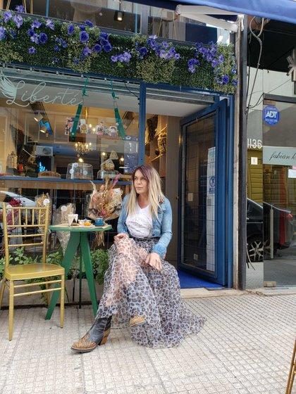 Julieta en su café Liberté en Recoleta