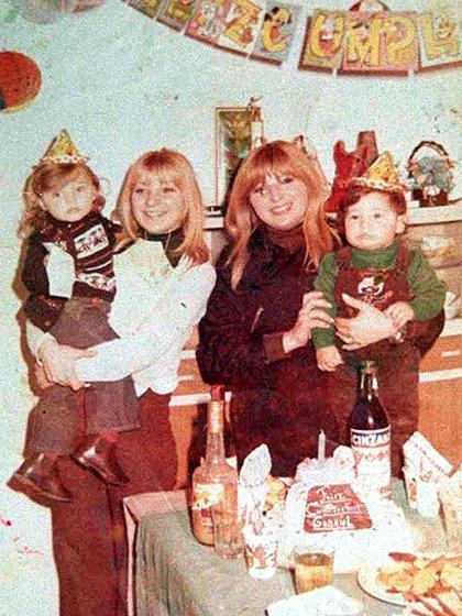 """En una foto de hace 28 años, durante el cumpleaños de Gabriel, el hijo de Pepita (la de negro). Alicia es la de la izquierda. """"Me dolió que mi hermana me dijera buchona"""", confiesa"""