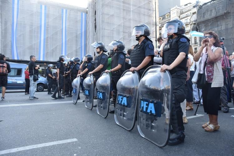 Un cordón policial separan a los dos grupos de manifestantes