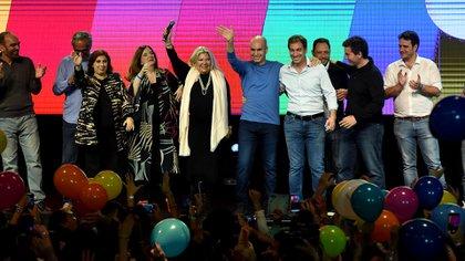 Globos y alegría en Cambiemos. Mauricio Macri hablócerca de la medianoche (Nicolas Stulberg)