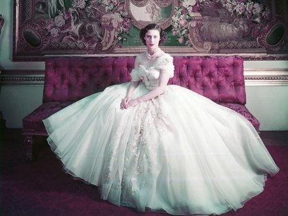Dior organizó muestras privadas de sus sugerencias para la realeza británica y una de ellas se exhibe en la muestra, es de las más célebres: la que usó la princesa Margarita, hermana de la reina, en su cumpleaños 21 (© Cecil Beaton, Victoria and Albert Museum, London)
