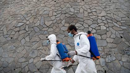 Trabajadores desinfectan calles en el barrio dePetare, Caracas