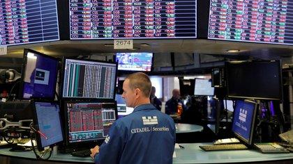 Los tres principales índices de la Bolsa de Nueva York alcanzaron niveles récord el martes (REUTERS/Andrew Kelly)