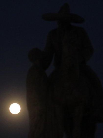 Cuautla: A un día que la luna se llene de luz se pudo ver en esta ciudad muy luminosa y grande. En la imagen el satélite a un lado de una estatua del General Emiliano Zapata junto a un campesino. (Foto: Cuartoscuro)