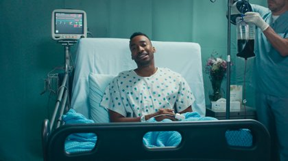 Prince Ea dedicó su nuevo video al peligro de postergar la felicidaden el trabajo.
