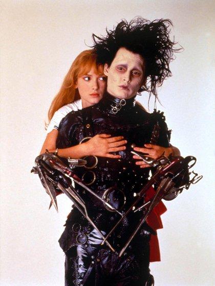 """Winona Ryder y Johnny Depp en """"El joven manos de tijera"""" (Shutterstock)"""