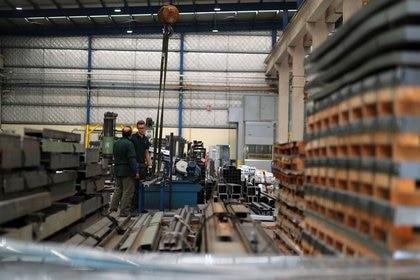 Tanto la industria como la construcción van dejando atrás la parálisis de abril, pero a ritmo muy lento (Reuters)