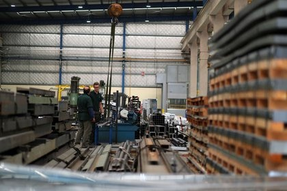 Foto de archivo - Empleados trabajan en la empresa de fabricación industrial Gottert en Garin, en las afueras de Buenos Aires, Argentina. Nov 1, 2018. REUTERS/Marcos Brindicci