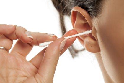 En el imaginario colectivo, el hisopo sirve para retirar el exceso de cera (Shutterstock)