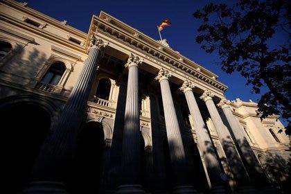Una bandera española ondea sobre la Bolsa de Madrid, España, el 1 de junio de 2016. REUTERS/Juan Medina