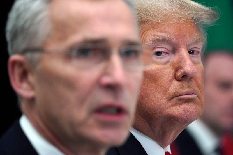El presidente de Estados Unidos, Donald Trump, reacciona junto al secretario general de la OTAN, Jens Stoltenberg, durante un almuerzo de trabajo en la cumbre de líderes de la OTAN en Watford, Gran Bretaña. 4 de diciembre de 2019. REUTERS/Kevin Lamarque