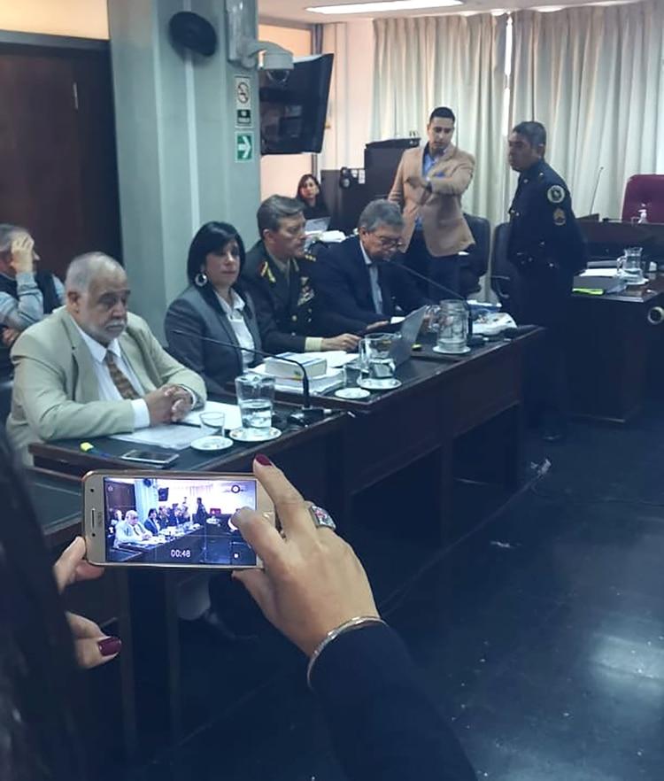 Acompañado por su abogada, Mariana Barbitta, Milani aparece sentado en el banquillo de los acusados, sin esposas y vestido de militar