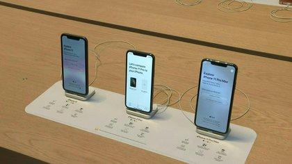Apple acordó en la justicia pagar hasta 500 millones de dólares para resolver una demanda colectiva por denuncias de que ralentizó encubiertamente los teléfonos iPhone más antiguos para que los usuarios los cambien por modelos más nuevos.