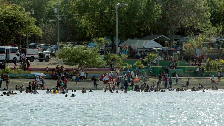Personas asisten al balneario Laguna de Xiloa, este domingo en las afueras de Managua (EFE)