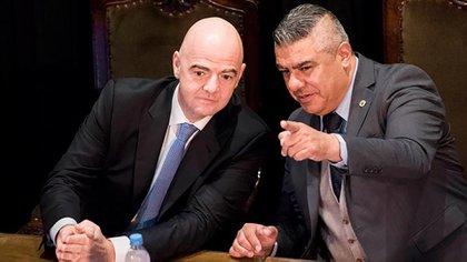Gianni Infantino, presidente de la FIFA, junto a Claudio Tapia, presidente de la AFA (@CONMEBOL)