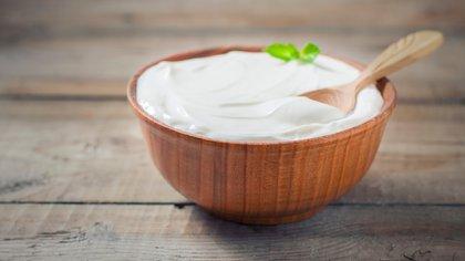 En estos momentos el yogurt es una buena opción para incorporar en las comidas (Shutterstock)