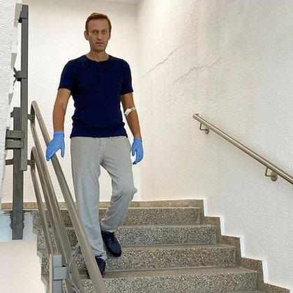 El opositor ruso Alekséi Navalny desciende unas escaleras en el hospital Charite de Berlín, Alemania, en esta fotografía sin fechar obtenida de su cuenta en la red social Instagram el 19 de septiembre de 2020. Cortesía de Instagram @NAVALNY/Redes Sociales vía REUTERS