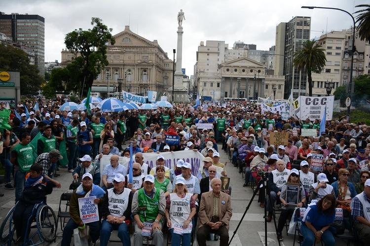 Los jubilados esperaron el fallo frente al Palacio de Tribunales (Franco Fafasuli)