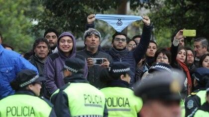 Fuera de la catedral de Tucumán, un grupo de personas reclamó por la legalización del aborto