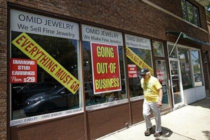Un negocio que está a punto de cerrar en Winnetka, Illinois el 23 de junio del 2020. (AP Photo/Nam Y. Huh)