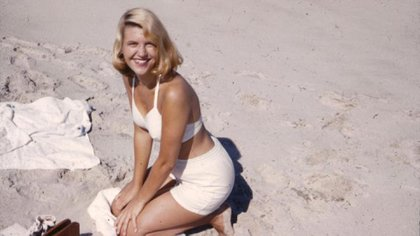 """Plath posando a lo """"Marylin"""" en 1954"""