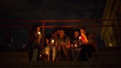 Dolientes participan en una vigilia en la Escuela Secundaria El Paso después de un tiroteo masivo en un Walmart en El Paso, Texas, donde murieron 22 personas y 24 resultaron heridas. (Celia Talbot Tobin / The New York Times)