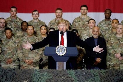 Donald Trump junto a tropas estadounidenses. REUTERS/Tom Brenner/File Photo