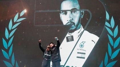 Foto del domingo del piloto de Mercedes Lewis Hamilton celebrando con el jefe de equipo Toto Wolff tras ganar el Gran Premio de Turquía y sumar su séptimo título del mundo en la F1. Foto: REUTERS/Murad Sezer