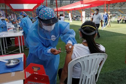 Vacunación al personal médico en Lima, Perú (Reuters)