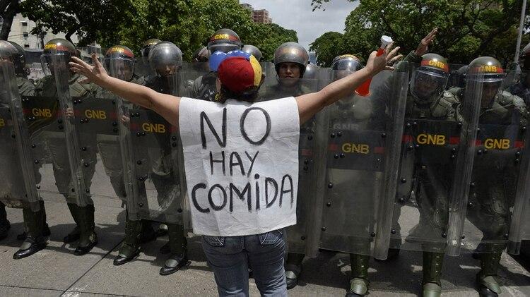 Los venezolanos se han visto obligados a cambiar su dieta para evitar los alimentos más caros (AFP)