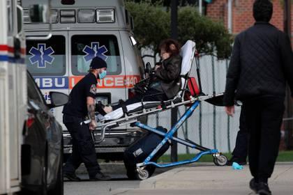 Estados Unidos registró en las últimas 24 horas este lunes 759 nuevas muertes por COVID-19 (Foto: Brendan McDermid/ Reuters)