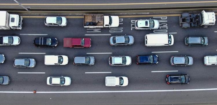 Mano a Capital Federal, el congestionamiento comienza a la altura del peaje de Dock Sud (Lihueel Althabe)