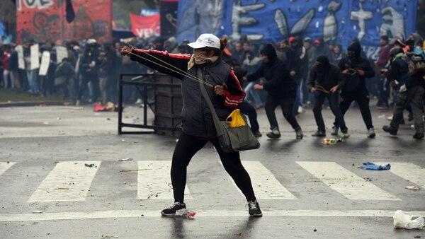 Uno de los manifestantes con una gomera en el medio de los incidentes