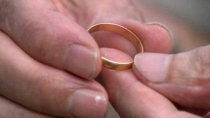 En el interior del anillo se podía leer todavía con claridad el nombre de la pareja y la fecha de la boda