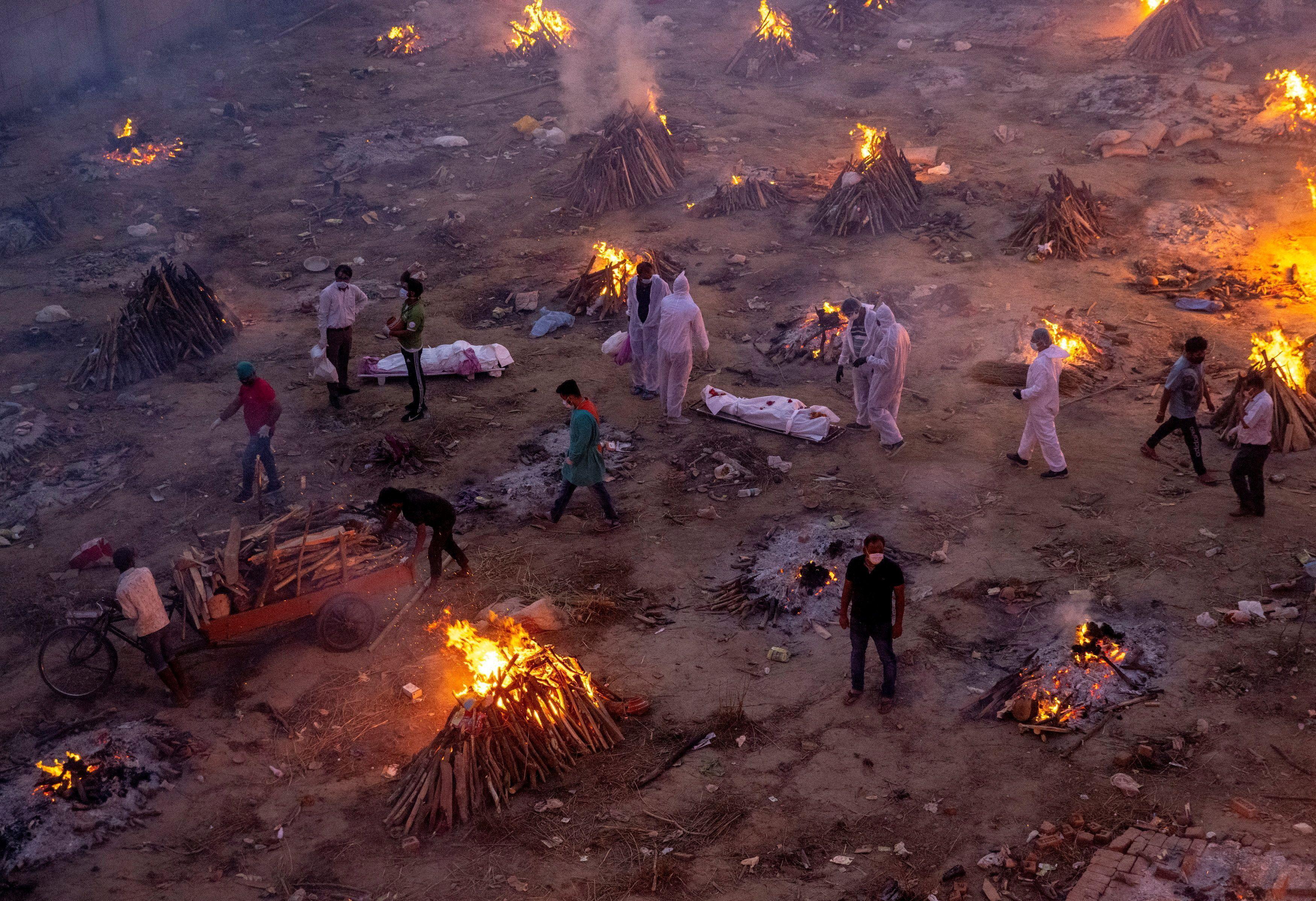 La gente espera para incinerar a las víctimas que murieron debido al coronavirus, en un terreno del crematorio en Nueva Delhi, India, el 23 de abril de 2021.