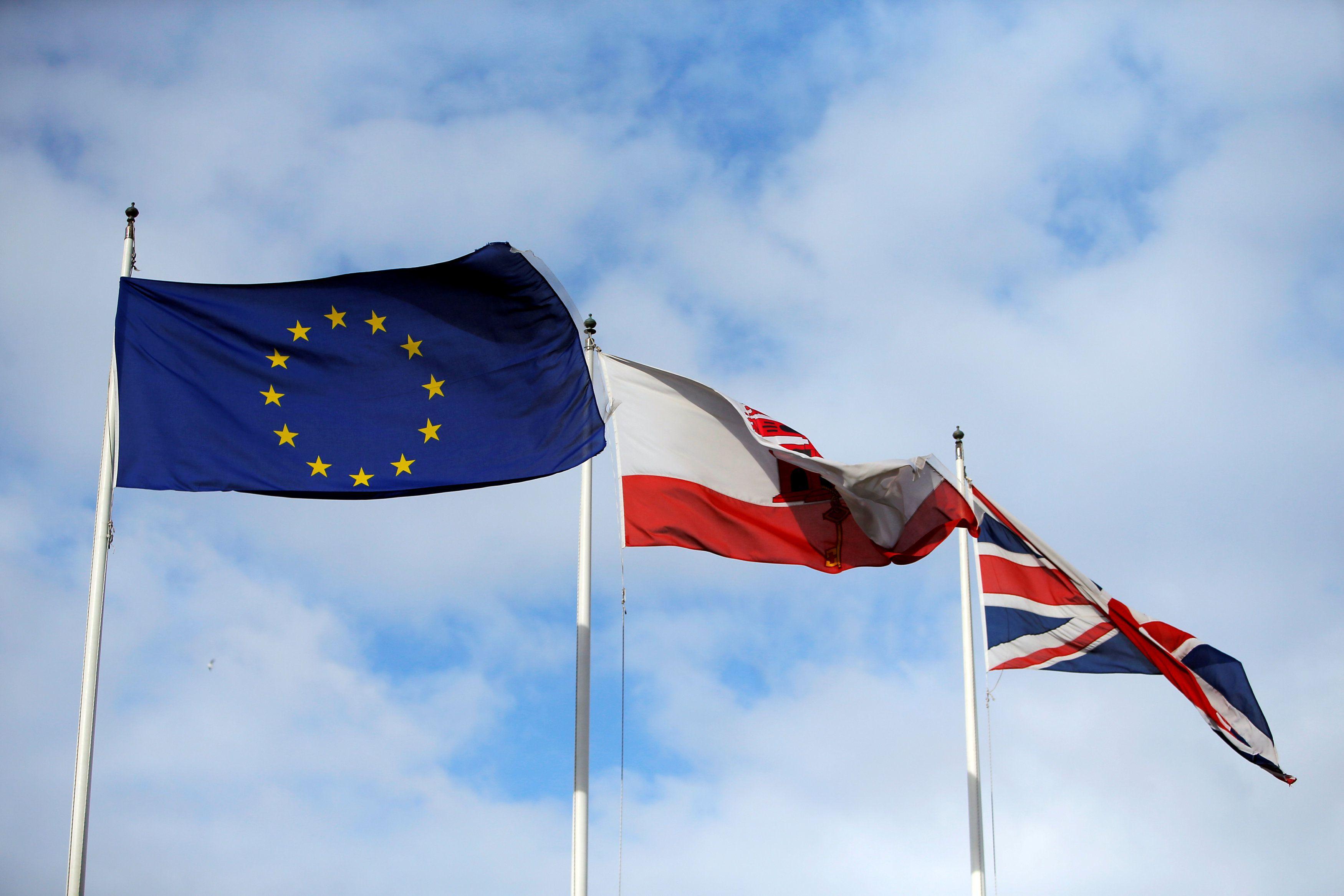 La bandera de la Unión Europea, la bandera de Gibraltar y la bandera del Reino Unido se ven ondeando, en la frontera de Gibraltar con España, el 25 de noviembre de 2018 (REUTERS/Jon Nazca/File Photo)