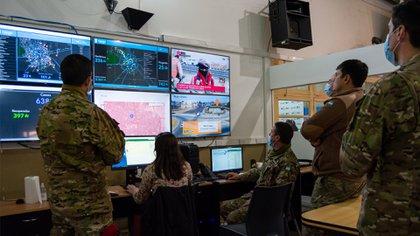 Los sistemas de defensa aparecen en todos los casos como herramientas fundamentales para enfrentar el enemigo mortal de la pandemia. El Centro de Operaciones de Emergencia (COE) en Córdoba es un ejemplo de esto. Foto: Macarena Prat Chretien.