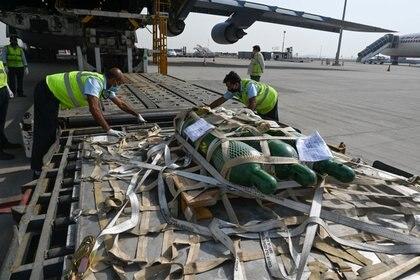 El personal de tierra descarga suministros de ayuda contra el coronavirus de los Estados Unidos (Reuters)