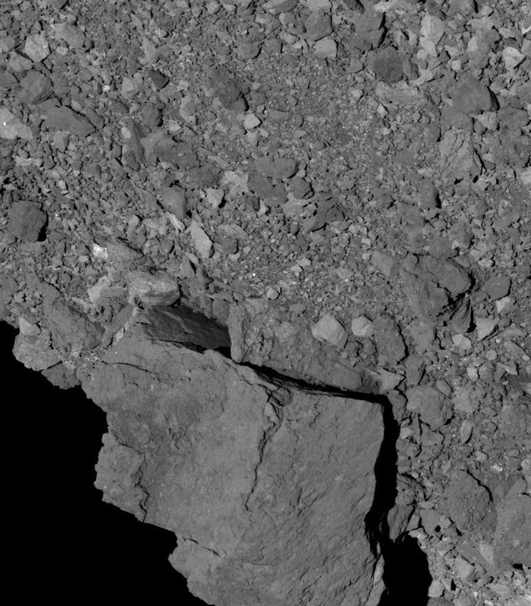 La roca más grande de Bennu, que sobresale del hemisferio sur del asteroide.