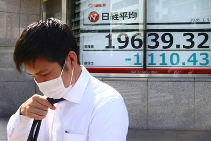 Un hombre con barbijo frente a la bolsa de Tokio (REUTERS/Edgard Garrido/archivo)