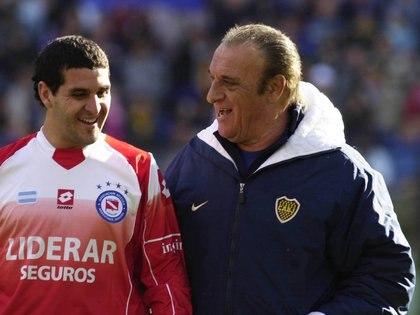 Basile dialoga con Darío Gandín antes del Boca-Argentinos Juniors de la polémica en la Bombonera (Fotobaires)