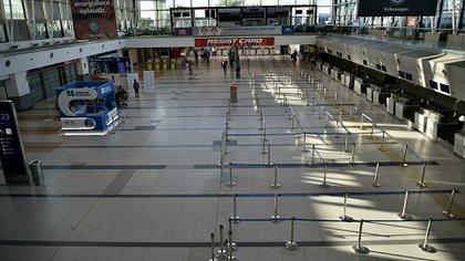 La mujer pudo abordar el avión en el aeropuerto de Ezeiza, a pesar de estar contagiada de COVID-19 (Gustavo Gavotti)